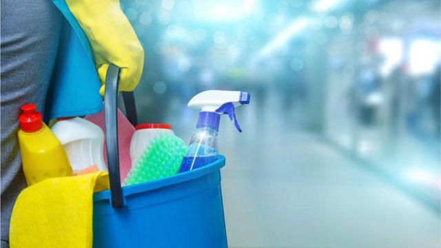 Pessoa segura produtos de limpeza
