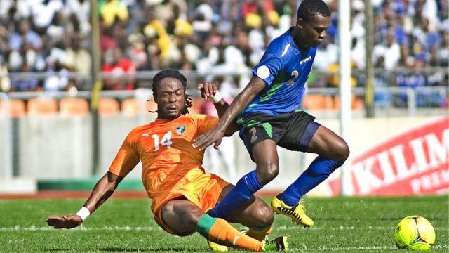 Salum Abubakar wa Tanzania akikabiliana na Jean Jacques Gosso wa Ivory Coast jijini Dar es Salaam mnamo 16 Juni, 2013