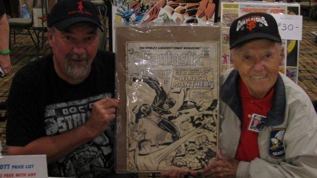 """Джо Синнотт (справа) и его сын Марк с ненапечатанной обложкой комикса """"Фантастическая четверка"""", выпуск 52-й"""