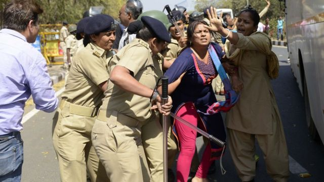 મહિલા પોલીસ કાર્યકર્તાની પ્રતીકાત્મક તસવીર