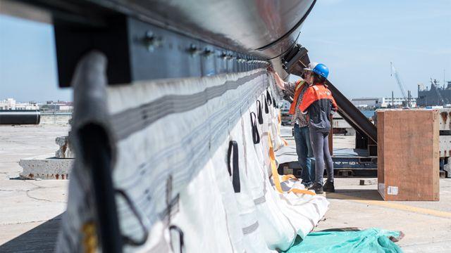 Ingenieros trabajan en el proyecto.