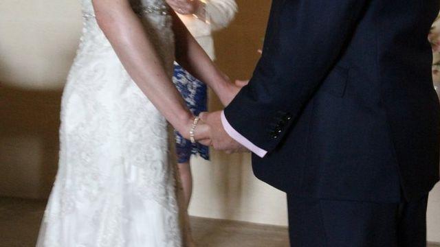 Pareja baila en una boda