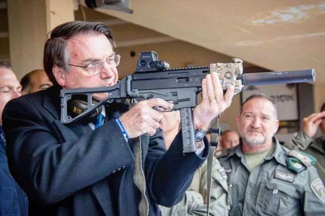 Jair Bolsonaro com arma