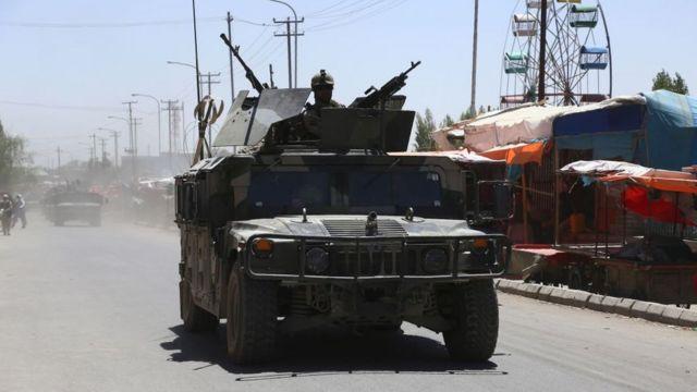 Афганские военные на дороге в Газни
