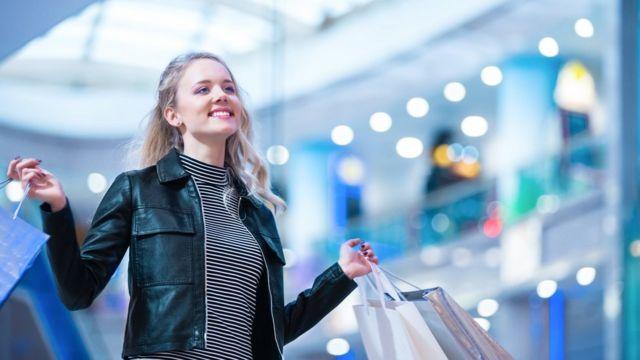 Una joven contenta, con bolsas