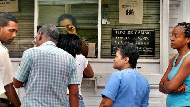 Personas en una casa de cambio de Cuba