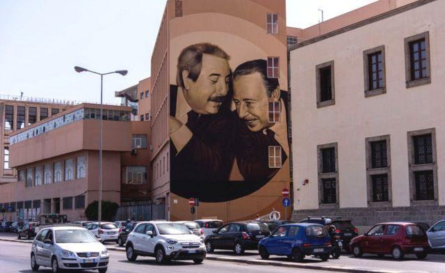 Palermo'da bir duvar resmi 1992'de mafya tarafından öldürülen yargıçlar Falcone (solda) ve Paolo Borsellino'yı gösteriyor