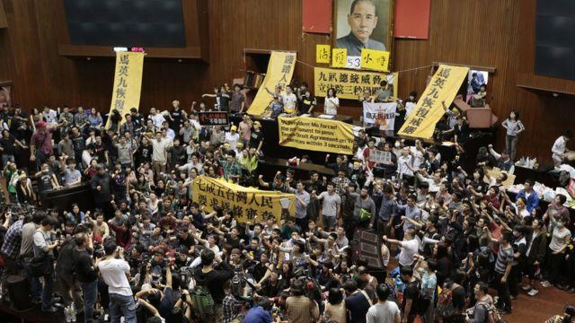 """台湾""""反服贸""""抗议参与学生占领立法院议场(19/3/2014)"""