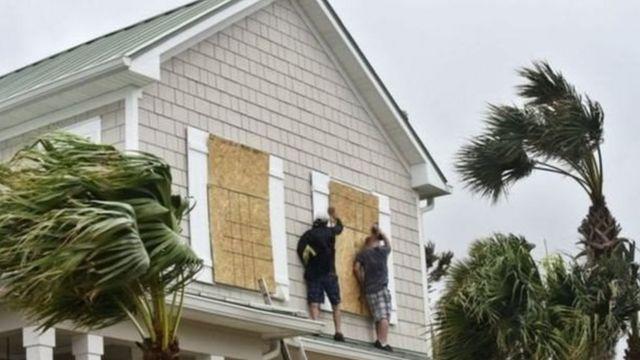 फ़्लोरिडा, तूफ़ान से पहले तैयारी करते लोग.