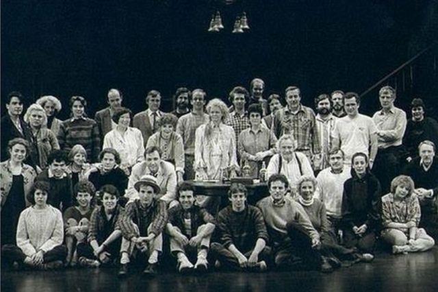 """Кейт Едвардс друга зліва у задньому ряду. Фото групи шоу """"Довгий день переходить у ніч"""""""