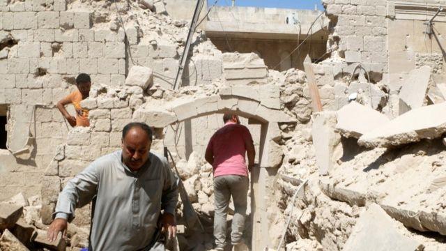 Sirios inspeccionando los daños en Alepo
