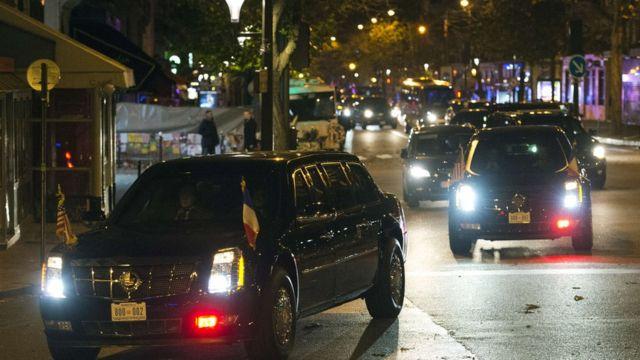 空港から襲撃現場に直行したオバマ大統領の車列(29日、パリ)