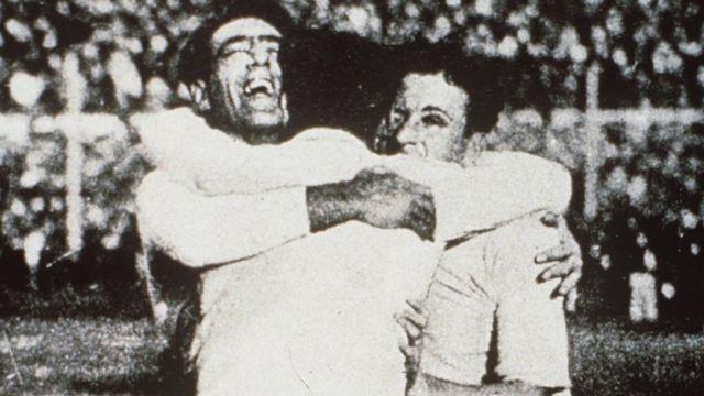 Тарыхта биринчи жолу дүйнө чемпионаты 1930-жылы Уругвайда өткөн. Кийин 1950-жылга чейин Уругвай дүйнөлүк биринчиликке катышпай келип, 1950-жылы кайра чемпион болушкан.