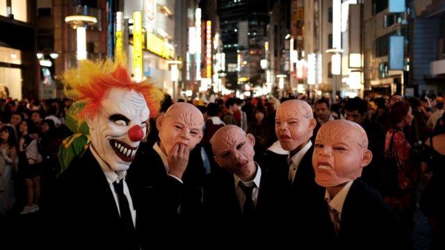 Гуляки в костюмах Хэллоуина на улицах Токио (31 октября 2018 г.)