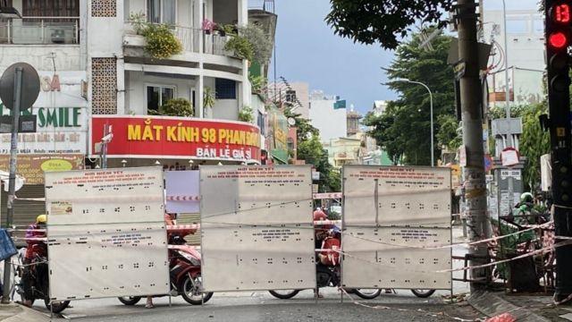 Hai đầu đường Phan Đình Cung dẫn ra Phan Xích Long bị bịt bằng tấm chắn cao.