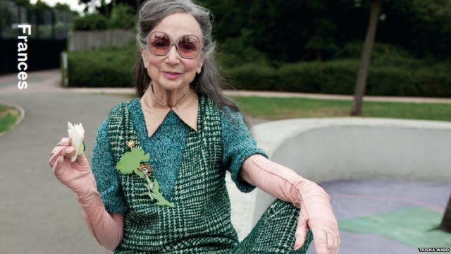 Una modelo de avanzada edad lleva un diseño de Prada para la revista Hunge