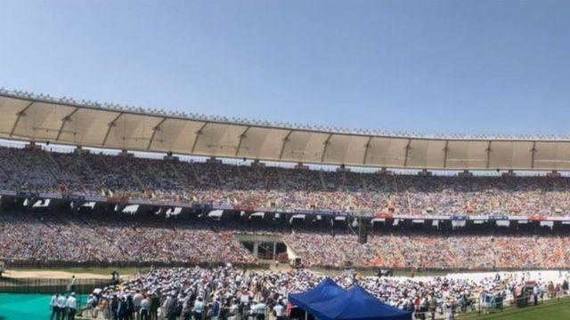 Abantu barenga 100,000 bari ku kibuga Motera stadium