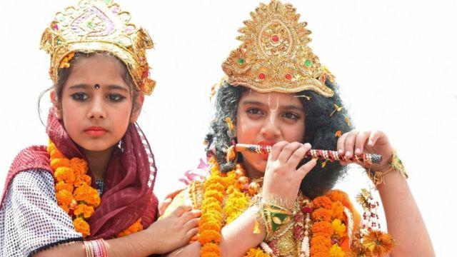 राधा कृष्ण का रुप बनाए दो छात्राएं