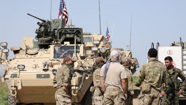 トルコ国境近くで米軍兵士らと話すYPG戦闘員ら(先月29日)