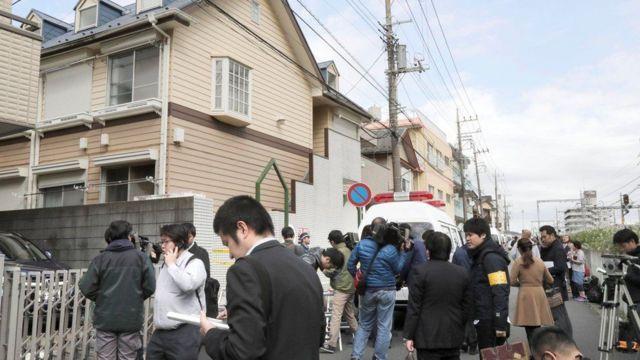 الصحفيون اجتمعوا خارج البناية التي يقطن فيها المشتبه به