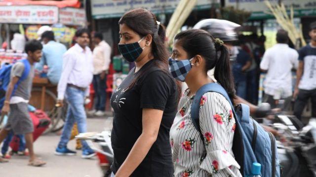 يرتدي الناس الأقنعة وسط جائحة كوفيد -19 في الهند