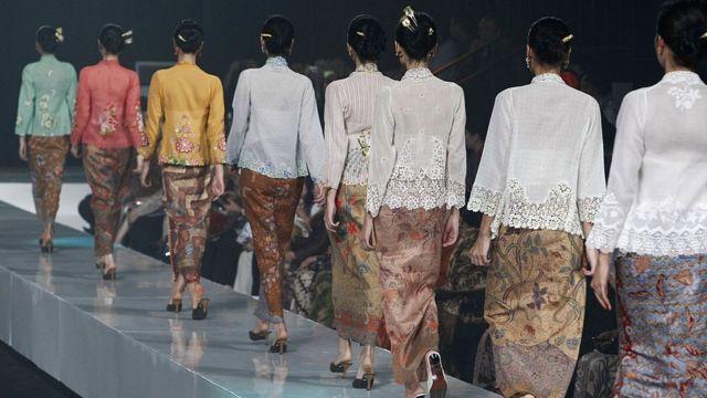 Model memakai kebaya encim pada Jakarta Fashion Week 2010