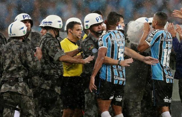 El árbitro uruguayo Andrés Cunha tuvo que ser escoltado por la policía tras usar el VAR para pitar un penalti en el tiempo de descuento que eliminó a los locales.