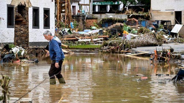 رجل يخوض في مياه الفيضان