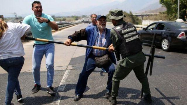 Abatavuga rumwe n'ubutegetsi bagundaguranye n'abashinzwe umutekano mu muhanda imodoka zerekeza ku mupaka na Colombia zanyuzemo