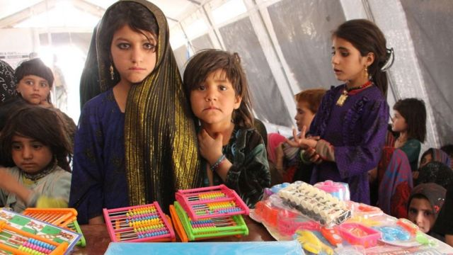 Grupo de niñas estudiantes en una instalación subvencionada por la ONU en Jalalabad, Afganistán oriental
