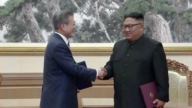 Moon Jae-in (left) and Kim Jong-un