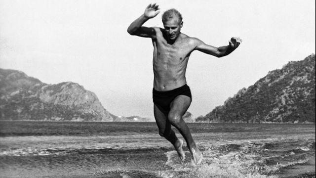 El duque de Edimburgo saltando desde sus esquís acuáticos.