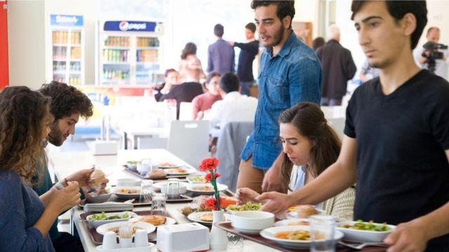 """تعمل مؤسسة """"أسكيدانيفار"""" كحلقة وصل بين الطلاب الجامعيين المحتاجين وبين الشركات التي ترغب في دعمهم"""
