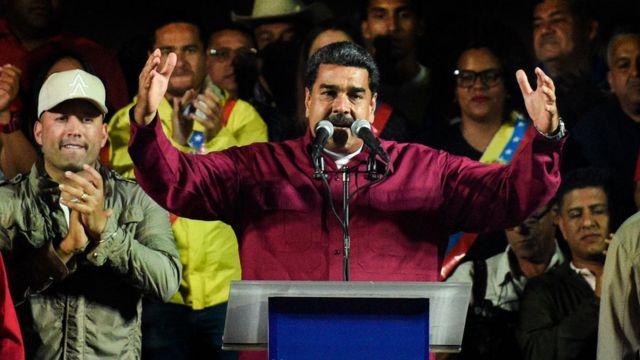 Nicolás Maduro saluda a sus seguidores