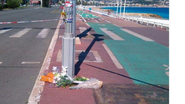 Flores em homenagem às vítimas de Nice, deixadas na Promenade des Anglais