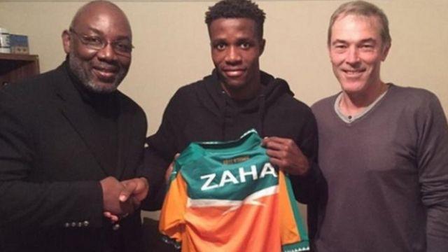 ويلفريد زاها يحمل قميص منتخب ساحل العاج