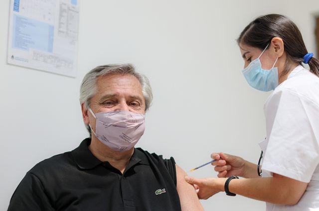 Alberto Fernández recibiendo la vacuna Sputnik V en enero de 2021