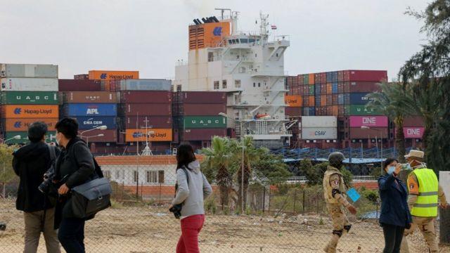 Kapal kontainer melewati kota Ismailia, yang terletak di tepi barat kanal, Selasa kemarin.