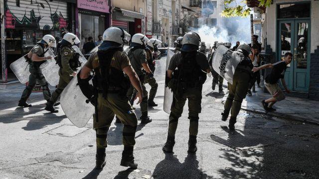 Les manifestants affrontent la police à Exarchia.