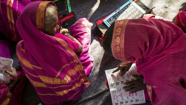 دو زن در حال خواندن کتاب درسی