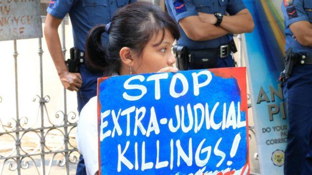 """""""Detengan los asesinatos extrajudiciales"""", decía en una pancarta que sujetaba una manifestante en Manila este jueves."""