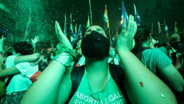 Manifestantes pró-legalização do aborto comemoram aprovação do projeto de lei