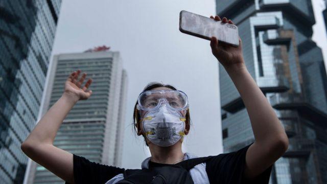 6月12日,香港一名抗議者用手機記錄其與警方的對抗。