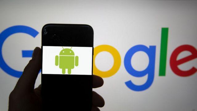 Celular con el logo del sistema operativo Android