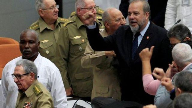 An nada Manuel Marrero Cruz (hannun dama) a lokacin zaman majalisar dokokin kasar wanda tsohon shugaba Raúl Castro (hannun hagu) ya halarta
