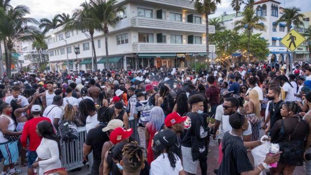 Una gran multitud de personas participa en una fiesta durante las vacaciones de primavera en Miami Beach.