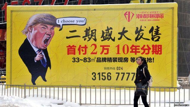 Anuncio de una promoción inmobiliaria en China con la imagen de Trump.