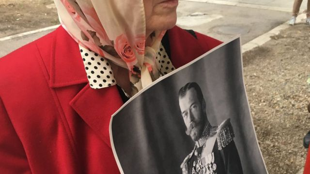 госпођа држи слику цара Николаја Другог