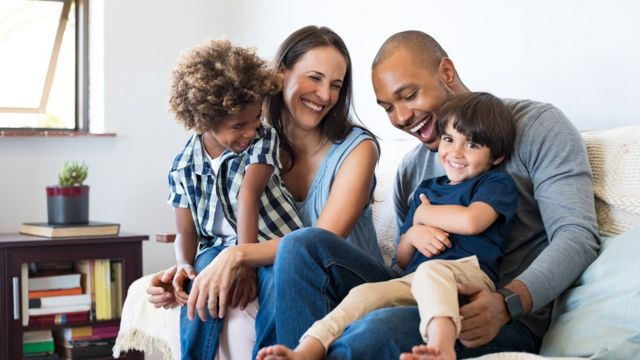 Família no sofá