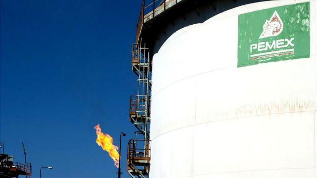 Tanque con petróleo procesado de Pemex.